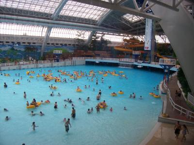 Giga piscine vague in the wem angely for Glissade d eau interieur
